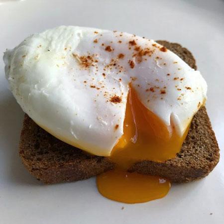 تخم مرغ آب پز بدون پوست برای یک صبحانه مقوی و خوشمزه