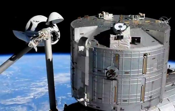فضاپیمای سرنشین دار اسپیس ایکس با گذر از یک خطر به ایستگاه فضایی رسید